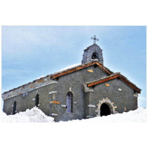 Kerk scheef in de sneeuw